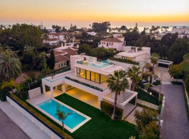 2 villa's te koop. 1 minuut lopen van strand. Nieuwe, strakke, witte architectuur. 4 slpk, 4 badk, zwembad, dakterras met zeezicht. Villa ernaast ook te koop.