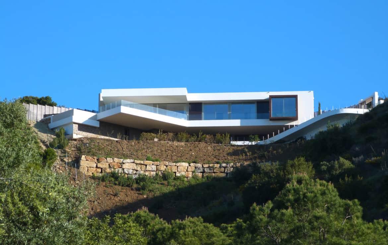 Villa te koop in luxe-wijk Altos de los Monteros, Marbella, architectonisch tegen de heuvel aan