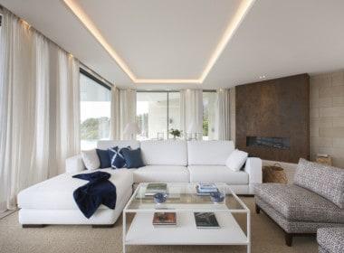 Villa te koop in luxe-wijk Altos de los Monteros, Marbella, lounge met schitterend zeezicht