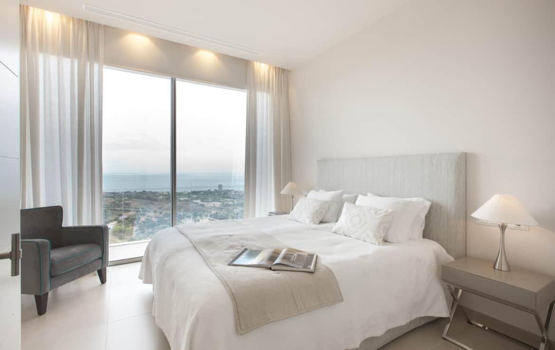Villa te koop in luxe-wijk Altos de los Monteros, Marbella, slaapkamer met zeezicht