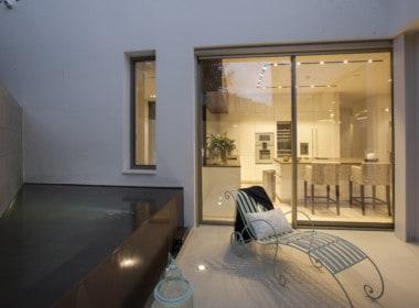 Villa te koop in luxe-wijk Altos de los Monteros, Marbella, terras aan keuken
