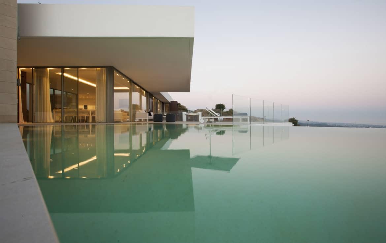 Villa te koop in luxe-wijk Altos de los Monteros, Marbella, zoutwater zwembad en uniek panorama