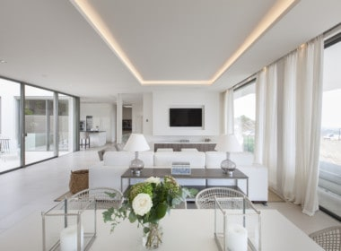 Villa te koop in luxe-wijk Altos de los Monteros, Marbella, lounge, woonkamer en open keuken