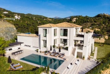 Luxe-villa te koop in de heuvels van Marbella met Andaloesische architectuuraccenten, 5slpk, 3986m2 grond, lekker loungen aan de pool