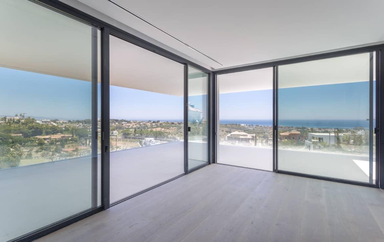Nieuwe design villa met ook aan de slaapkamers ruime terrassen, uitkijkend op de golf van Los Flamingos, de Middellandse Zee en de bergen