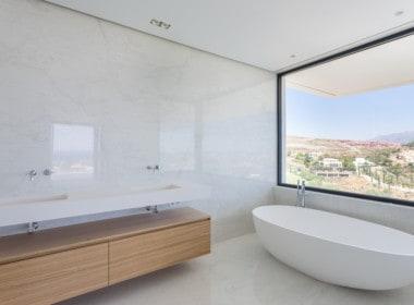Nieuwe design villa met prachtige badkamers met witte marmer en design sanitair, prachtige zichten