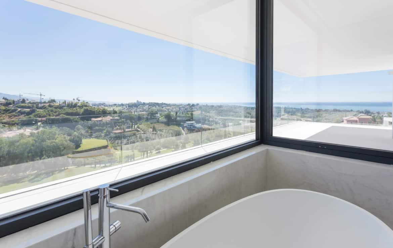 Nieuwe design villa met prachtige marmeren badkamers en vergezichten op golfbaan, bergen en Middellandse Zee.