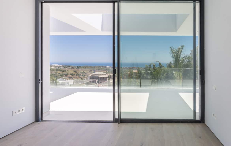 Nieuwe design villa met slaapkamers die vergezichten bieden op golfbaan, bergen en Middellandse Zee.