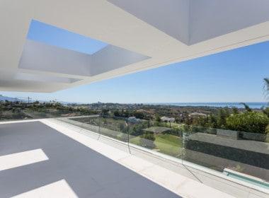Nieuwe design villa met aan de slaapkamers ruime zonneterrassen met zicht op golfbaan, bergen en Middellandse Zee.