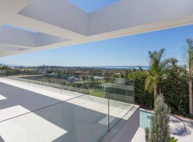 Nieuwe design villa met aan de slaapkamers ruime zonneterrassen met zicht op het zwembad, de golfbaan, bergen en Middellandse Zee.