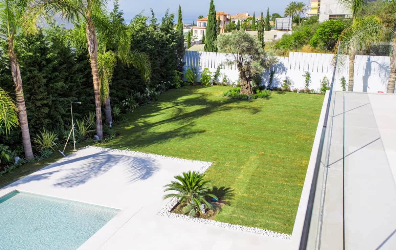 Nieuwe design villa met palmbomen, oude olijfboom, tropische varens, prachtig gazon, zonneterrassen en een zoutwater zwembad