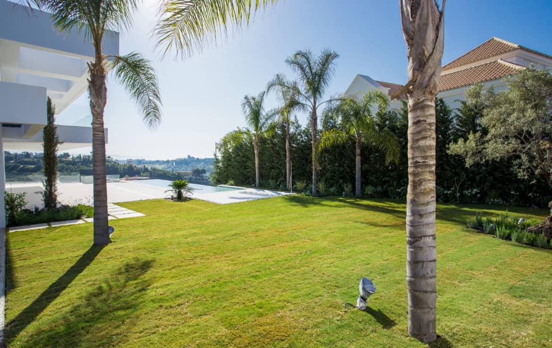 Nieuwe design villa met palmbomen, oude olijfboom, tropische varens, prachtig gazon, tuinverlichting, zonneterrassen en een zoutwater zwembad en veel privacy