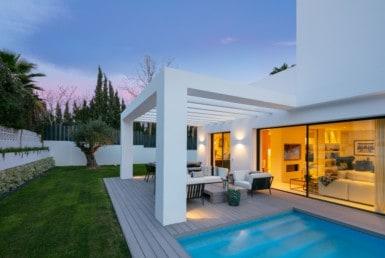 Gloednieuwe vakantievilla, 4slpk-4badk, grondopp: 643 m2, bebouwd: 224 m2, zwembad. Strand: 10 min, Puerto Banus: 15 min, Marbella: 20 min.