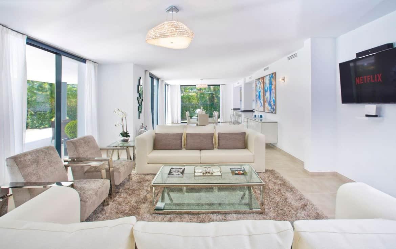 Golf villa te koop in Las Brisas, ruime lounge en eetkamer
