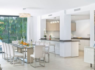 Golf villa te koop in Las Brisas, Marbella, eetkamer en open keuken