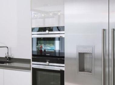 Golf villa te koop in Las Brisas, Marbella, open keuken met Duitse apparatuur