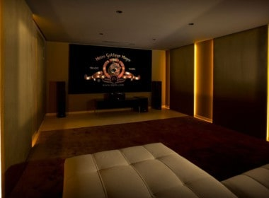 Golf villa te koop in Las Brisas, Marbella, home theatre tv kamer