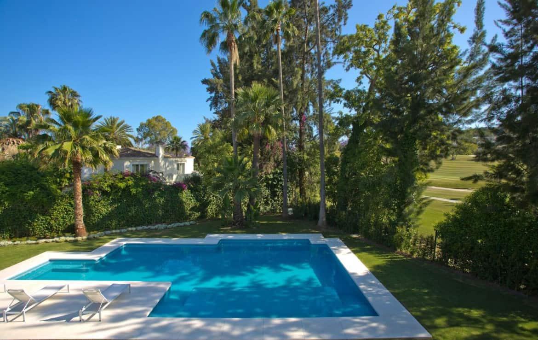 Golf villa te koop in Las Brisas, Marbella, zoutwater pool, zwembad, zicht op fairway