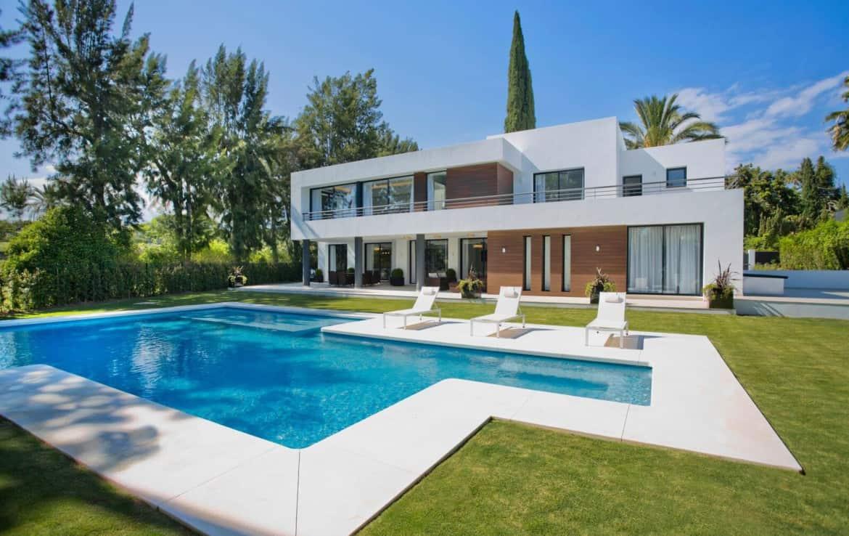 Tuin met zwembad van 1e lijn golf villa te koop in Las Brisas, doodlopende straat, veel privacy