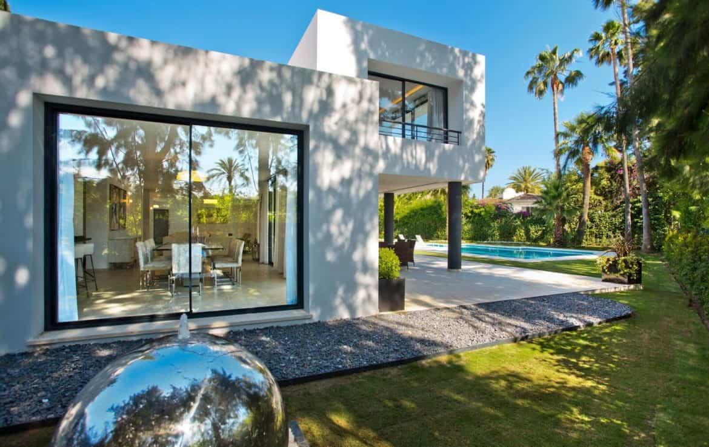 Golf villa te koop in Las Brisas, Marbella, eetkamer, terras, zwembad, design architectuur