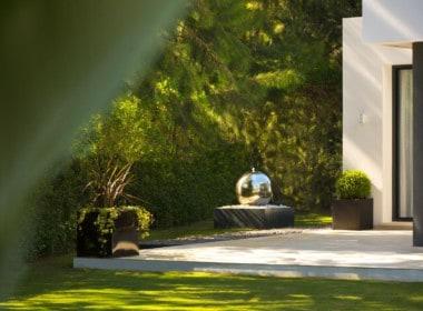Golf villa te koop in Las Brisas, Marbella, waterelement, fontein, tuinornament