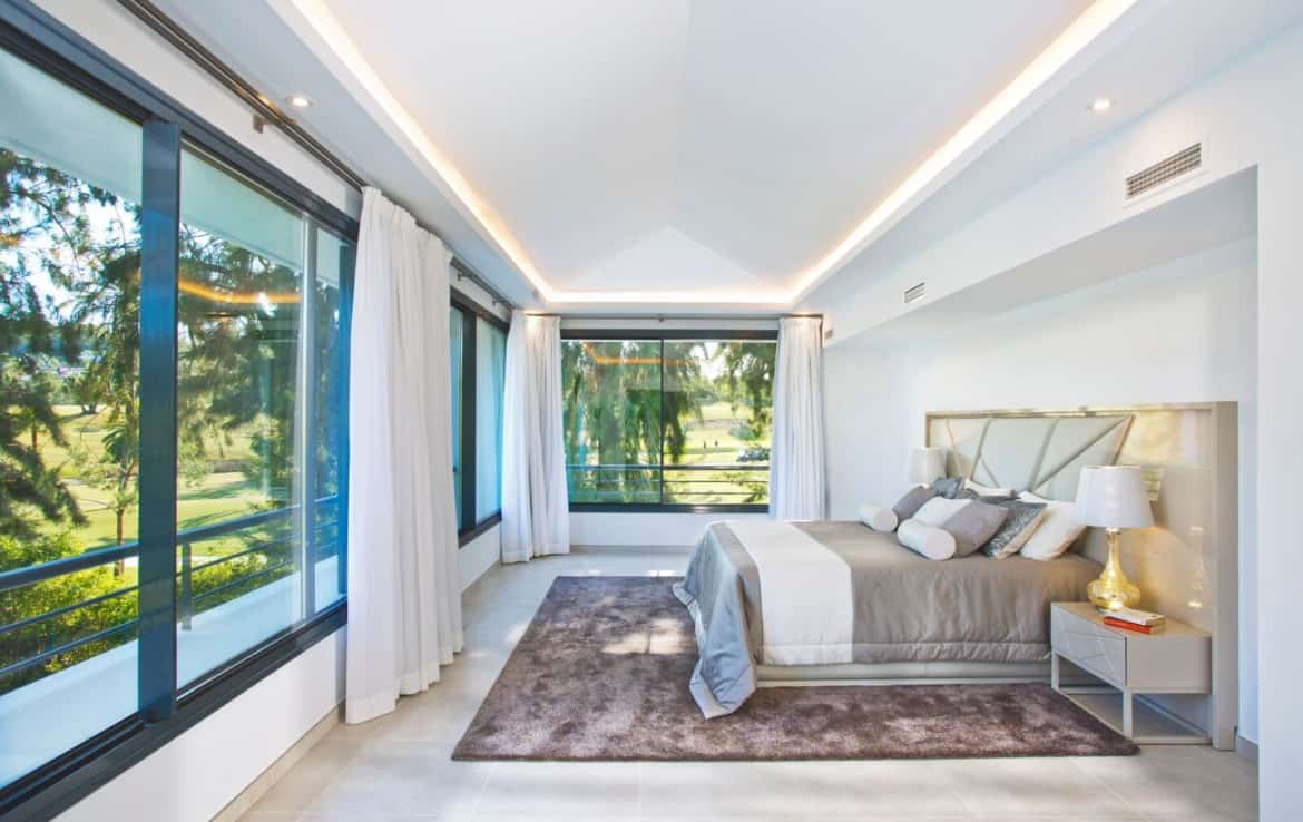 Golf villa te koop in Las Brisas, Marbella, master bedroom met zicht op fairway, green, golfbaan