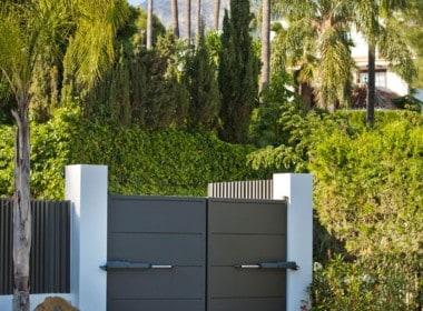 Poort van 1e lijn golf villa te koop in Las Brisas, doodlopende straat, veel privacy