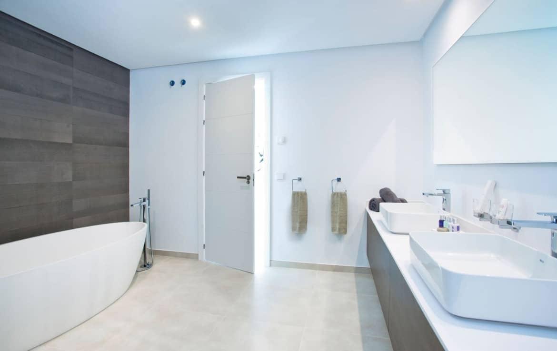 Golf villa te koop in Las Brisas, Marbella, badkamer met exclusief design sanitair
