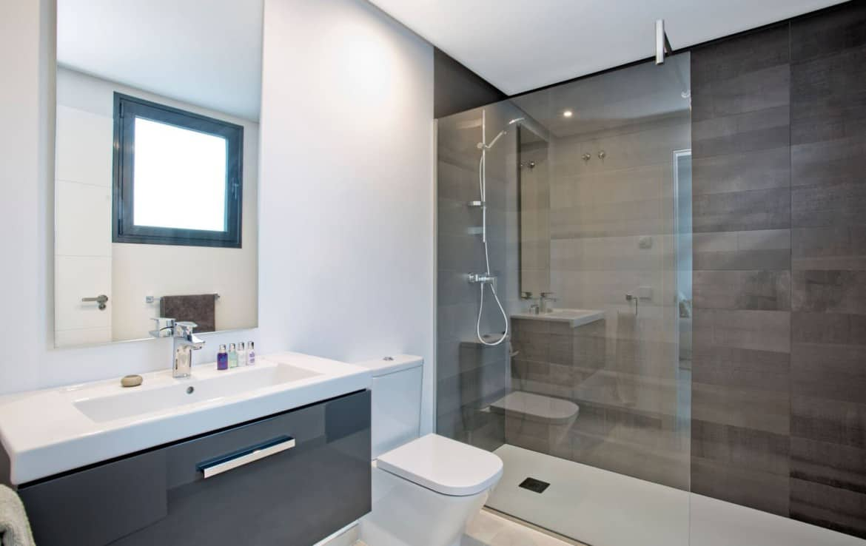Golf villa te koop in Las Brisas, Marbella, badkamer, design, kwalitatief sanitair