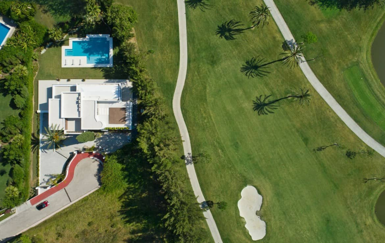 Golf villa te koop in Las Brisas, Marbella, luchtfoto drone shot, fairway golfterrein green