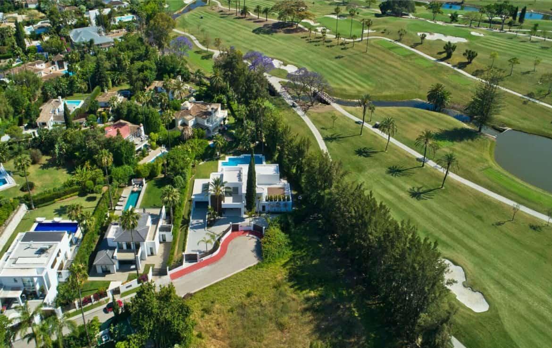 Golf villa te koop in Las Brisas, Marbella, luchtfoto drone shot, fairway golfterrein green, locatie, doodlopende straat, privacy